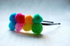 $8 Diadema con pompones en distintos colores. Se puede realizar con otras combinaciones de colores. Pocas unidades en stock. Hair Bands, Party Hats, Headpiece, Hair Clips, Tassels, Hair Accessories, Create, Wedding, Beauty