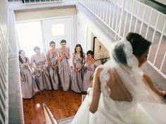 Ninguém (Além do noivo e dos pais da noiva) sente tanta curiosidade de ver a noiva além das madrinhas. Muitas vezes amigas de infância, irmãs, primas... elas se emocionam muito ao ver a noiva. Que tal deixar suas madrinhas te verem antes do altar? Rende fotos lindas!