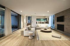 grand salon moderne au mur en verre