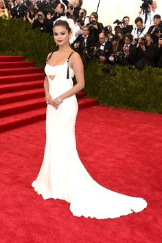 Pin for Later: The 27 Met Gala Photos You Absolutely Need to See Selena Gomez stunned in a Vera Wang gown on the red carpet. Selena Selena, Vestido Selena Gomez, Selena Gomez Fotos, Selena Gomez Fashion, Style Selena Gomez, Selena Gomez Red Carpet, Gala Dresses, Red Carpet Dresses, Nice Dresses