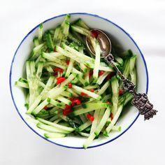 Dit is een gerechtje wat echt niet mag ontbreken tijdens een avondje Indisch eten. Atjar! Ik maak deze atjar met komkommer (ketimoen in Bahassa) die fris zoetzuur is maar ook pit heeft echt al heel lang. Geen idee waar ik ooit het receptje vandaan heb maar het is een van mijn favorieten uit mijn