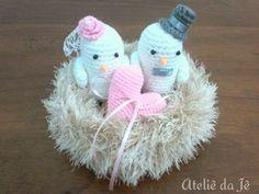 Lindo topo de bolo de crochê passarinhos no ninho com detalhes rosa. <br>Medidas aproximadas: