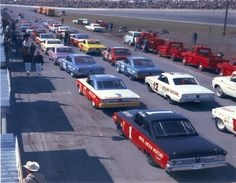 NASCAR starting grid (When they drove real cars. Nascar Autos, Nascar Race Cars, Old Race Cars, Vintage Race Car, Vintage Auto, Car And Driver, Drag Racing, Auto Racing, Car Photos