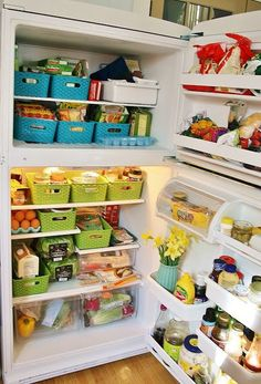Refrigerator organization and cleaning tips! Organisation Hacks, Kitchen Organization, Storage Organization, Roommate Organization, Medicine Organization, Storage Baskets, Storage Ideas, Organizar Closets, Refrigerator Organization