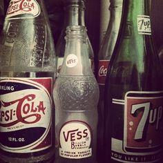 This is how we drank our soda. 8 pks and return when empy Antique Bottles, Vintage Bottles, Vintage Ads, Vintage Photos, Mountain Dew, Ginger Ale, Bottles And Jars, Glass Bottles, Drink Bottles