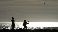 - Banhistas desfrutam das altas temperaturas em Topanga Creek Beach, na Califórnia. Foto: Mike Nelson / EFE