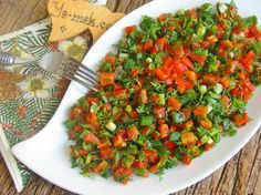 Yeşillikli Közlenmiş Kırmızı Biber Salatası Resimli Tarifi - Yemek Tarifleri