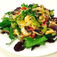 Heute Abend nur ein leichter #asia Salat mit Mungosprossen, #huhn und Frühlingszwiebeln auf Jungsalat an leichter Honig-Vinaigrette #lecker #omnomnom #delicious #asiafood #köstlich #gaumenschmaus #geil #blog #kochblog #foodblogger #foodblog #FoodPorn #sal Asia Food, Food Porn, Foodblogger, Vinaigrette, Japchae, Asia Salat, Ethnic Recipes, Salad Ideas, Honey