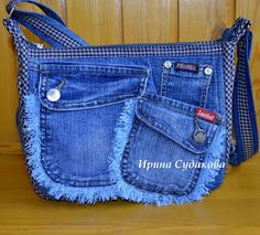 Frayed Jeans pockets, great idea for recycled Jeans bags. Denim Handbags, Denim Tote Bags, Denim Purse, Jeans Recycling, Denim Bag Patterns, Blue Jean Purses, Denim Crafts, Recycled Denim, Fashion Bags