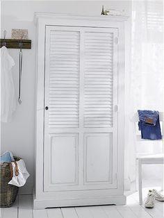 Der Kleiderschrank aus Massivholz wird fertig montiert mit abschließbarer Tür und vier Einlegeböden geliefert. Wählen Sie jetzt Ihre Wunschfarbe bei car-Moebel.de!