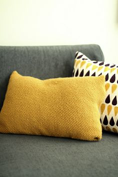Ravelry: Perle pute pattern by Marianne Braastad - free knitting pattern Knitting Yarn, Free Knitting, Knitting Patterns, Knitted Cushions, Knitted Blankets, Ravelry, Marianne, Crochet Pillow, Diy Pillows