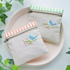 Embroidery Denim Ideas Patchwork New Ideas Embroidery Purse, Embroidery Stitches, Embroidery Patterns, Fabric Crafts, Sewing Crafts, Sewing Projects, Patchwork Bags, Patchwork Ideas, Purse Patterns