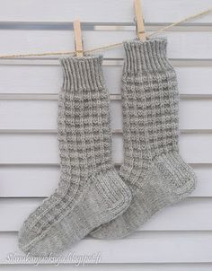 Silmukanjuoksuja: joulukuuta 2015 Lace Knitting, Knitting Socks, Knit Crochet, Knitting Patterns, Woolen Socks, Casual Fall Outfits, Baby Booties, Mittens, Barbie
