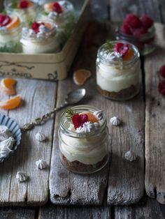 Enkle «no bake» ostekaker med klementiner, pepperkaker og kanelmarengs