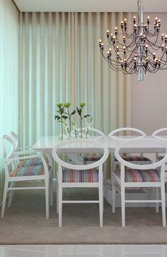 Clássico, amplo e sofisticado, este ambiente decorado por Vivian Coser investe em cores neutras para destacar o imponente lustre (Flos). As estampas Missoni no estofado das cadeiras Zarina (Montenapoleone) acrescentam um toque de cor e personalidade ao espaço.