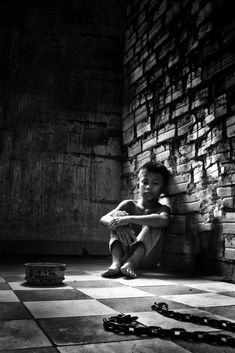 Cambodia - Kid in prison with chain and bowl like for an animal ! - Pol Pot 1975