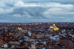 """Esta es una de las vistas del Madrid de los Austrias desde una de las terrazas del Hotel Vincci Capitol en la Gran Vía. A la izquierda la cúpula de la iglesia de San Andrés y, a la derecha la cúpula de la iglesia de San Francisco el Grande... Vía """"Callejeando Madrid"""""""