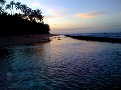 Un atardecer reflejándose en una pozita natural en Puerto Rico  A beautiful sunset shining in the horizon in Puerto Rico