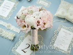 Фото. Букет невесты из розовых пионов с хлопком.