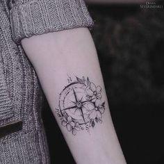 Tatuagem, bússola e flores.