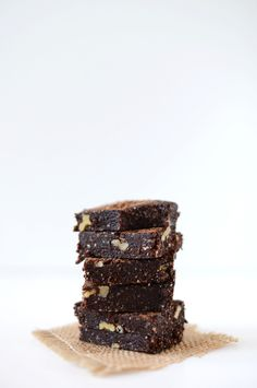 Includes only healthy ingredients (walnuts, almonds, dates, cocoa powder OR raw cacao and espresso powder or finely ground coffee and sea salt) Vegan Espresso Brownies via Minimalist Baker Desserts Crus, Raw Desserts, Just Desserts, Delicious Desserts, Baker Recipes, Raw Food Recipes, Sweet Recipes, Dessert Recipes, Brownie Recipes