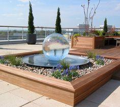 superbe terrasse bois avec fontaine sphère