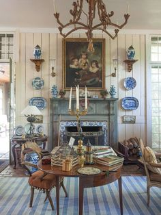 Blue and white and gilt – Furlow Gatewood. - Interior Design Tips and Home Decoration Trends - Home Decor Ideas - Interior design tips Casas Magnolia, Home Interior, Interior Design, Antique Interior, Antique Decor, Apartment Decoration, Spring Books, Enchanted Home, Chinoiserie Chic