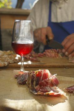 Die Beste Kombination: frischer Wein und selbstgemachter Speck #Törggelen bei Roter Hahn in Südtirol