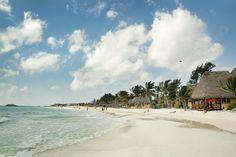 Playa del Carmen med den kilometer lange hvide strand med palmer og krystalklart vand. Playa del Carmens centrum er Plaza Mayor, som ligger ud til stranden og lige ved færgen til dykkerparadiset Isla Cozumel.