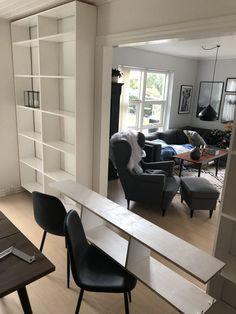 DIY – Hjemmebygget væg til væg bogreol | livingonabudgetdk Built In Furniture, Corner Desk, Diy And Crafts, Conference Room, Building, Table, Design, Home Decor, Apartment Living Rooms