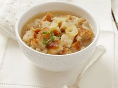 Zwiebelsuppe mit Brot ist ein Rezept mit frischen Zutaten aus der Kategorie Zwiebelgemüse. Probieren Sie dieses und weitere Rezepte von EAT SMARTER!