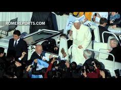 El Papa sopla las velas durante la audiencia general