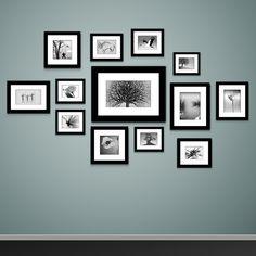 Quadros com fotografias em preto e branco dão um tom mais sério ao ambiente.