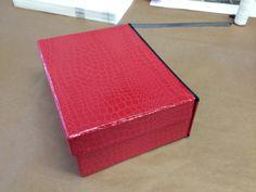 Caja archivador de polipiel roja con grano y refuerzo de tela negra en canto
