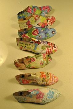 Decorated shoe forms (lasts) Decoupage Furniture, Decoupage Art, Shoe Molding, Shoe Stretcher, Arts And Crafts, Diy Crafts, Old Shoes, Decorated Shoes, Shoe Last
