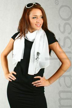 Biały szal damski z nadrukiem - muchy  MADISSO