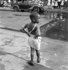 Gordon Parks - Untitled, Harlem, New York, 1948 Gordon Parks, American Women, Harlem New York, Iconic Photos, We Are The World, My Black Is Beautiful, Great Photographers, African History, Film Director