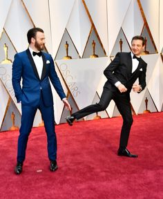 Jeremy Renner Photos - Actors Chris Evans (L) and Jeremy Renner attend the Annual Academy Awards at Hollywood & Highland Center on February 2017 in Hollywood, California. Steve Rogers, Captain America, Captain Marvel, Wade Wilson, Thor Y Loki, Chris Evans Tumblr, Avengers Cast, Man Thing Marvel, Robert Evans