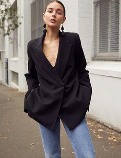 Un joli blazer réglisse : l'arme secrète des party girls ne voulant pas quitter leur jean ! (photo Sara Crampton)