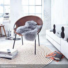 Der Braune Ledersessel Bringt Retro Flair Ins Wohnzimmer. Die Kombination  Aus Braun Und Weiß