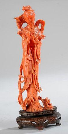 En vente dimanche 1er mai 2016 par Me Herbette à Doullens : SUJET en corail rouge orangé représentant une jeune femme tenant une tige de bambou, un chapeau derrière la tête. CHINE. Hauteur sans le socle 19,5. Poids total avec le socle 327g. Est. 600 - 800 euros. Orange, Lion Sculpture, Statue, May 1, Sunday, Plant Stem, Bamboo, Hat, Woman
