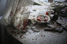 O fotógrafo russo Sergei Ilnitsky, da agência European Pressphoto Agency (EPA), é o ganhador na categoria de notícias gerais. A imagem mostra os estragos causados em uma mesa de cozinha no centro de Donetsk (Ucrânia), depois de ter sido atingida pelos disparos da artilharia durante os confrontos entre soldados ucranianos e milícias pró-russas, em 26 de agosto de 2014.  SERGEI ILNITSKY / EPA (EFE)Ganhadores do 'World Press Photo 2015' | Cultura | EL PAÍS Brasil
