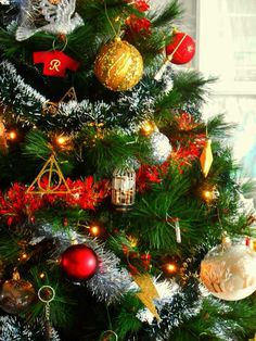 45 Harry Potter themed Christmas décor that takes your Christmas Party to the magical land of Hogwarts - Vogueitude Deco Noel Harry Potter, Harry Potter Thema, Theme Harry Potter, Harry Potter Diy, Harry Potter Christmas Decorations, Harry Potter Christmas Tree, Hogwarts Christmas, Types Of Christmas Trees, Christmas Themes