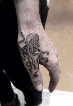 27 tatouages déjantés qui transforment les mains en de véritables œuvres  originales