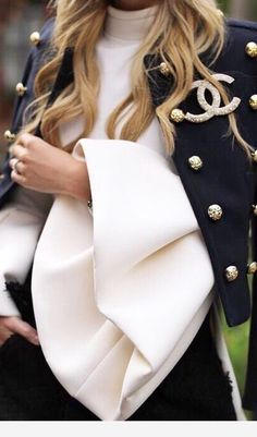 Find images and videos about fashion, chanel and coco on We Heart It - the app to get lost in what you love. Coco Chanel Moda, Mode Chanel, Coco Chanel Fashion, Coco Chanel Style, Chanel Chanel, Outfit Elegantes, Looks Style, My Style, Hair Style