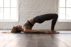 Abnehmen durch Yoga ist gesund, effektiv und perfekt für zuhause. Hier zeigen wir dir die 8 besten Yoga Übungen zum Abnehmen und erklären dir, warum diese Asanas den Fettabbau fördern. Yoga Beginners, Yoga Sequence For Beginners, Beginner Yoga, Advanced Yoga, Bridge Workout, Glute Bridge, Butt Workout, Bridge Pose, Pilates Workout