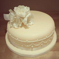 A Single Tier Pearly Wedding Cake Design! #cake #thefoxycakeco #windsor #eton #delicious #wedding #weddingcake #piping #peach #beautiful #elegant #flowers   da The Foxy Cake Company