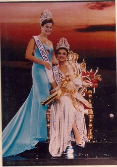 Miss India, Sushmita Sen, becomes Miss Universe she was crowned by Dayanara Torres from Puerto Rico. Miss Universe 1994, Miss Universe Crown, Dayanara Torres, Indian Heroine, Pageant Crowns, Hawaiian Tropic, Miss India, Beauty Contest, Vintage Bollywood