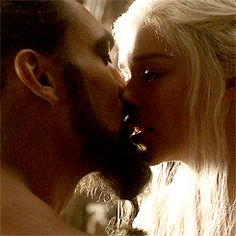 Daenerys Targaryen and Khal Drogo - Game of thrones Daenerys And Khal Drogo, Deanerys Targaryen, The Mother Of Dragons, Game Of Thrones 3, My Sun And Stars, Tv Couples, Valar Morghulis, Sansa, Emilia Clarke