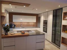 Ein heller Farbton kombiniert mit Holz ist in der Küche immer ein Highlight. #küchen #kücheninspiration #küchendesign Küchen Design, Kitchen Inspiration, Kuchen